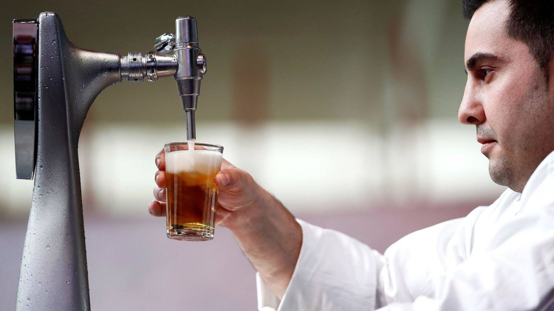 Foto: El consumo de cerveza fuera de casa va viento en popa. (EFE)