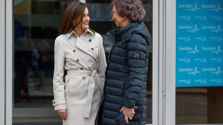 La reina Letizia y la reina Sofía, tras visitar a don Juan Carlos tras su operación el año pasado. (EFE)