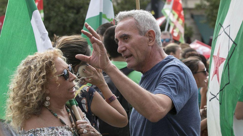 Foto: El diputado Diego Cañamero en la manifestación convocada en Sevilla para protestar contra los recortes que la Junta de Andalucía aplicará en el nuevo curso. (EFE)