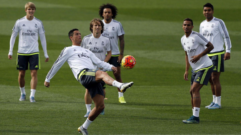 Odegaard, junto a Casemiro, Marcelo,  Danilo, Modric y Cristiano Ronaldo, en 2015. (EFE)