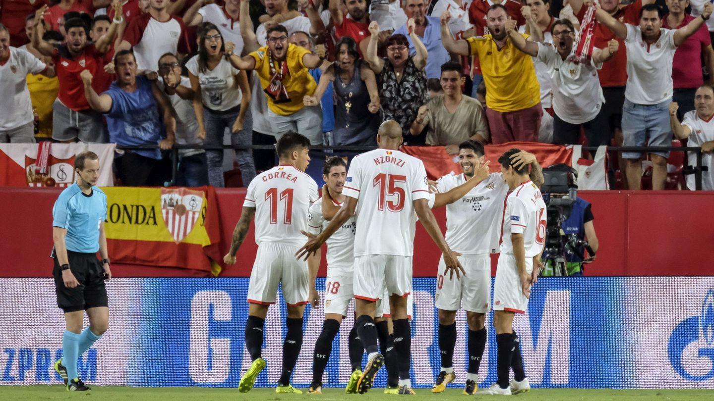 Jugadores del Sevilla CF celebran un gol. (EFE)