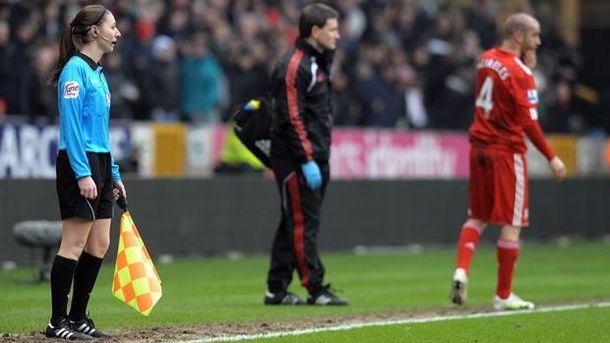 Foto: Juez de línea, durante un partido de la Premier League (Reuters)