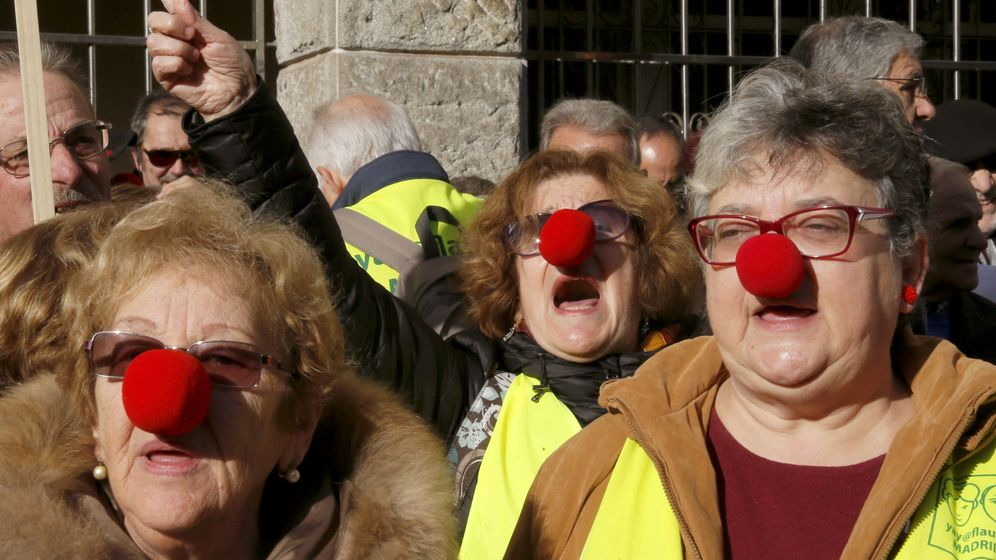 Foto: Un centenar de pensionistas protestan por las bajas pensiones que reciben en Santiago de Compostela. (EFE)