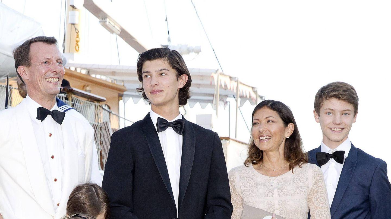 Alexandra y Joaquín de Dinamarca, con sus dos hijos. (Cordon Press)