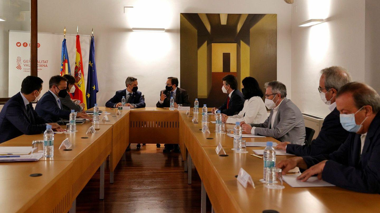 Reunión de trabajo, con sus respectivos equipos. (EFE)