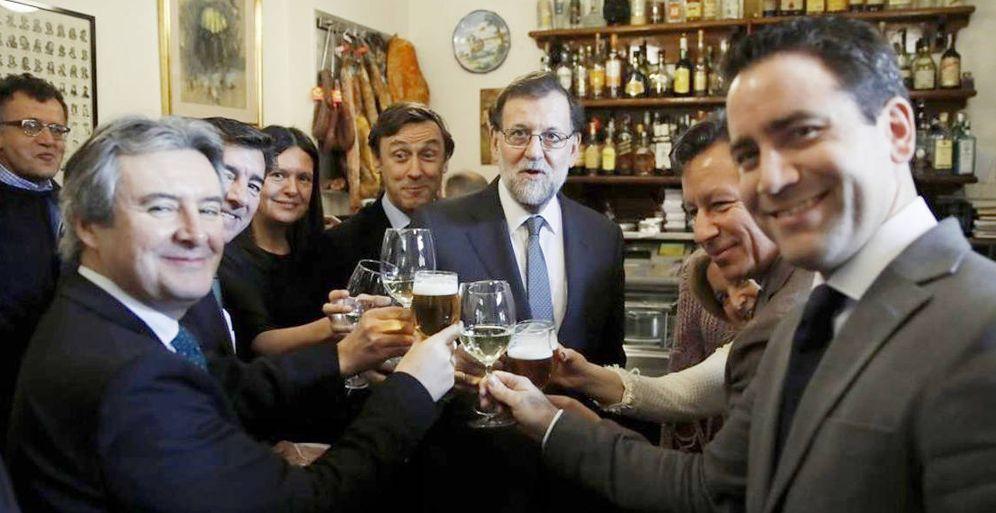 Foto: Mariano Rajoy, acompañado de varios diputados del PP, en un bar próximo al Congreso. (EFE).
