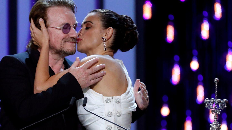 Con su amigo Bono, líder de U2, recogiendo el premio Donostia. (EFE)