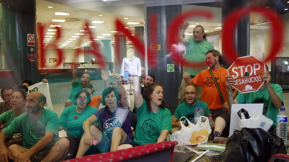 Foto: Protesta de la PAH reclamando la dación en pago para un cliente que contrató una hipoteca multidivisa. (EFE)