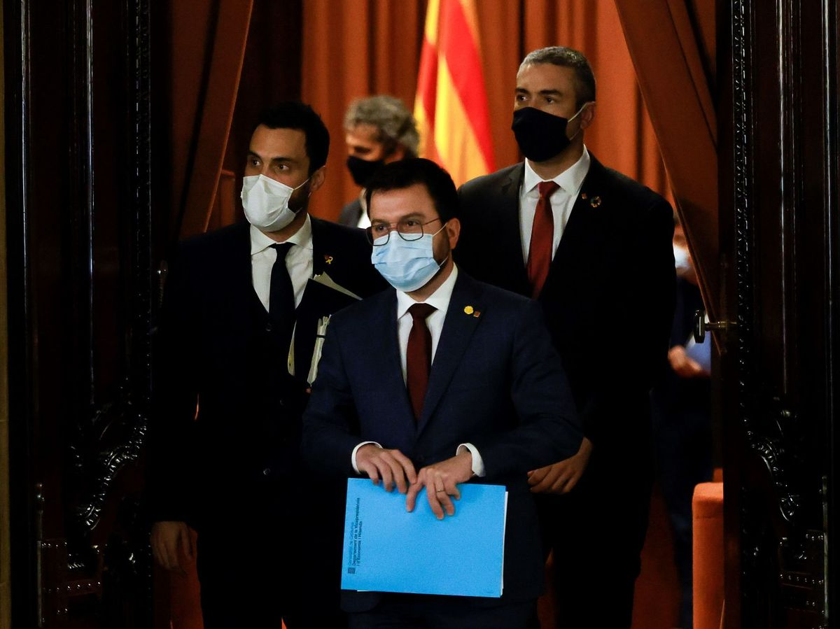 Foto: El vicepresidente de la Generalitat, Pere Aragonés (c), el presidente del Parlament, Roger Torrent (i), y el conseller de Exteriores, Bernat Solé (d). (EFE)