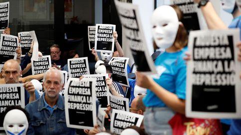 Varios activistas independentistas ocupan una sucursal de CaixaBank en Barcelona