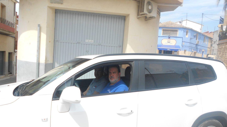 Miguel, el taxista de Benilloba (Alicante) que se ha ofrecido a llevar gente al banco en Cocentaina. (V. R.)