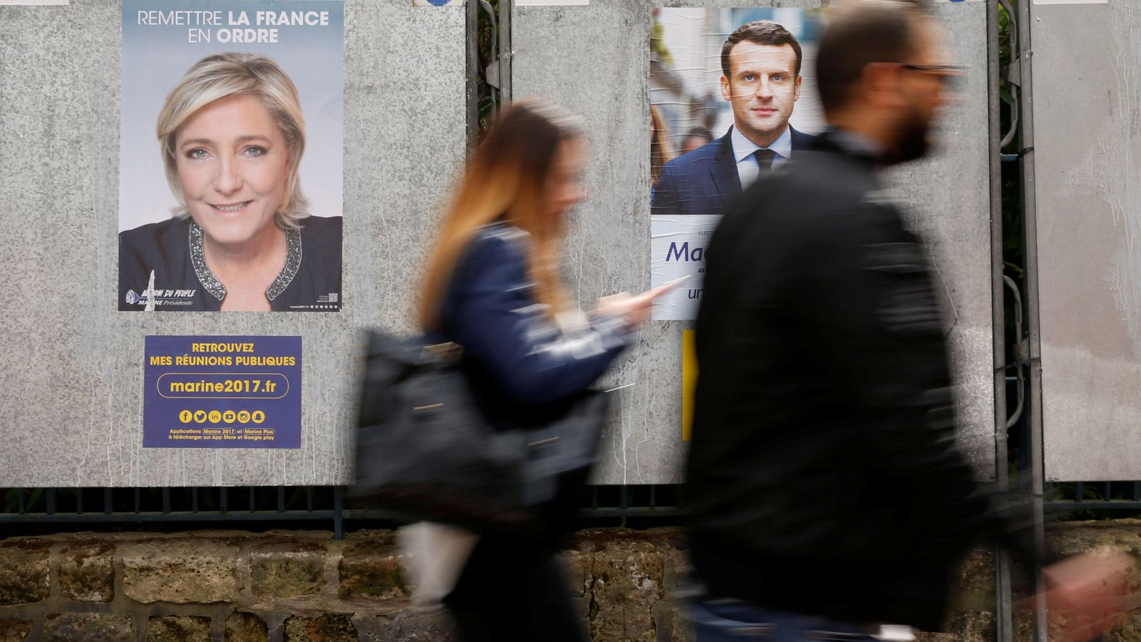 Foto: Carteles electorales de Marine Le Pen (i) y Emmanuel Macron. (Reuters)