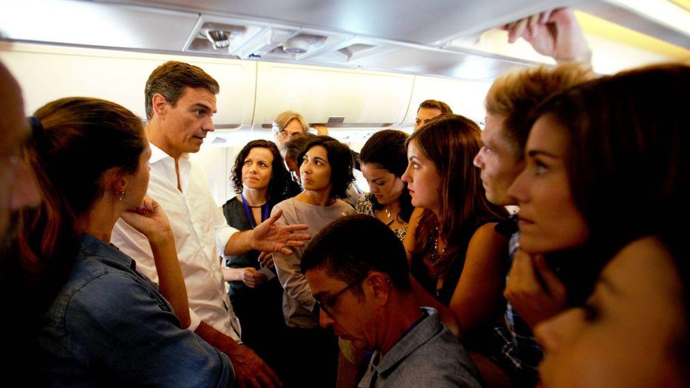 Foto: Pedro Sánchez, charlando con los periodistas en el Airbus de las Fuerzas Armadas, este 31 de agosto. (Fernando Calvo | Pool Moncloa)
