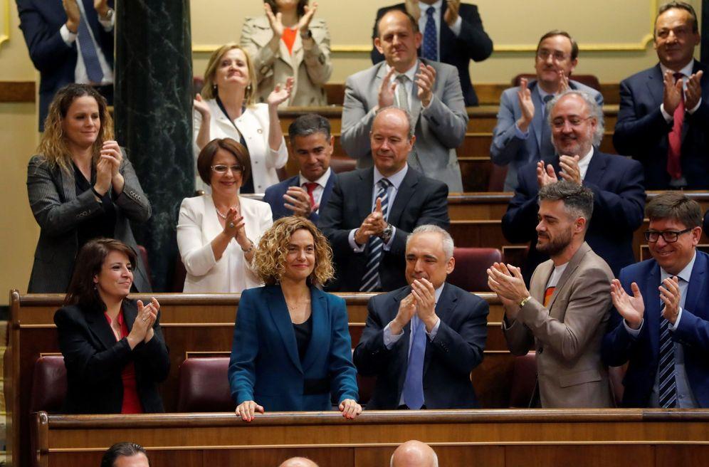 Foto: Meritxell Batet, aplaudida por sus compañeros socialistas tras ser elegida presidenta del Congreso, este 21 de mayo. (EFE)