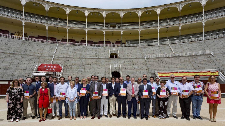 Los representantes de los municipios que recibirán subvenciones de la Comunidad de Madrid para realizar novilladas.