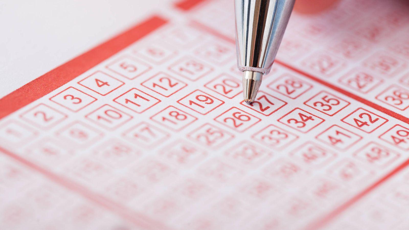 Foto: Un participante del sorteo de Euromillones rellena un boleto. (iStock)