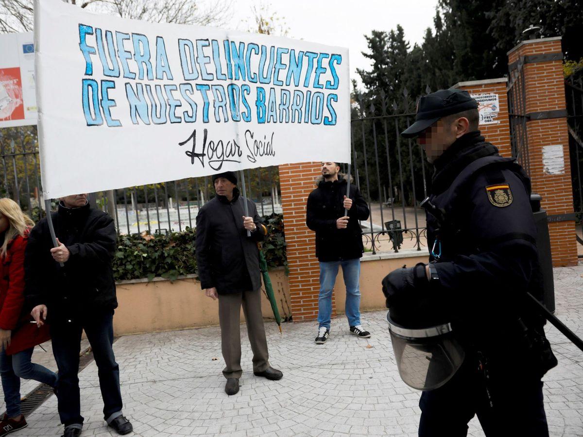 Foto: Decenas de vecinos de Hortaleza se concentraron en noviembre frente a la Residencia de Primera Acogida de Hortaleza, para protestar contra la inseguridad en el barrio, ante una gran presencia policial. (Efe)