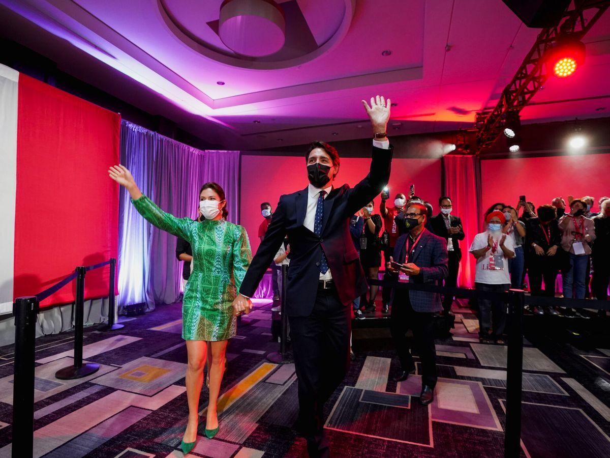 Foto: Justin Trudeau, celebra los resultados junto a su esposa Sophie Gregoire. (Reuters)
