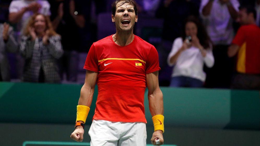 Foto: Rafa Nadal celebra, desatado, el pase a la final de la Davis tras el partido de dobles con Feliciano López. (EFE)