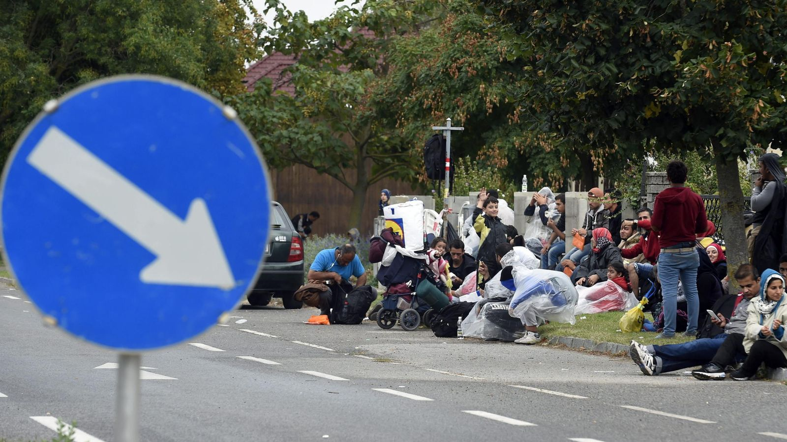 Foto: Un grupo de refugiados descansa en Nickelsdorf, Austria. (EFE)