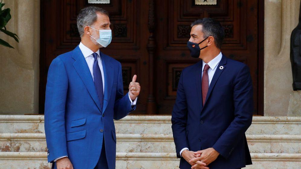 Foto: El rey Felipe VI y Pedro Sánchez, en el Palacio de Marivent, en agosto. (EFE)