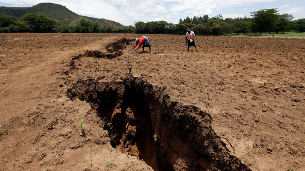 Foto: Mujeres trabajan cerca de la zanja el pasado 28 de marzo. (Reuters)