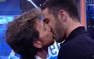 El beso de Pablo Motos y Miguel Ángel Silvestre