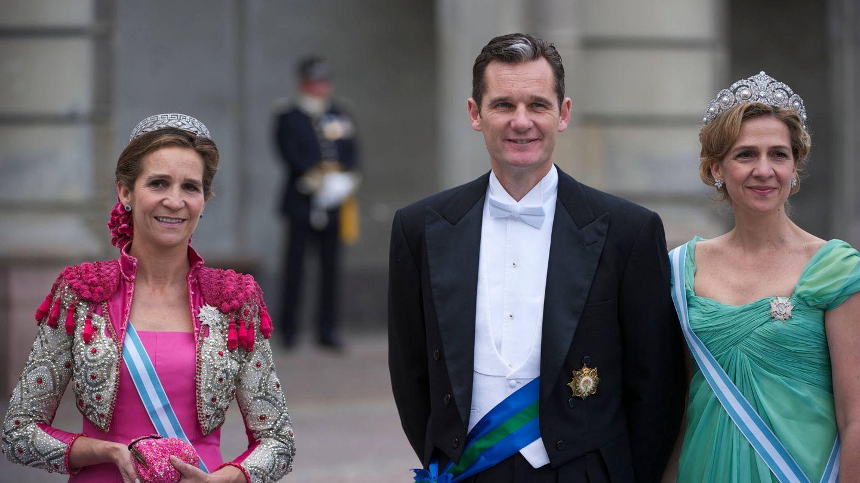 La infanta Elena, Iñaki Urdangarin y la infanta Cristina en la boda de Victoria de Suecia. (Limited Pictures)