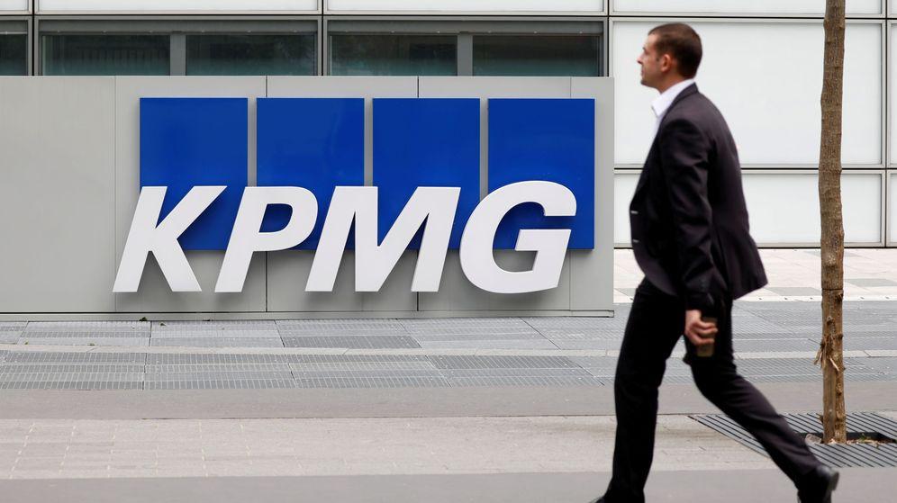 Foto: Un empleado, entrando en una sede de KPMG. (Reuters)