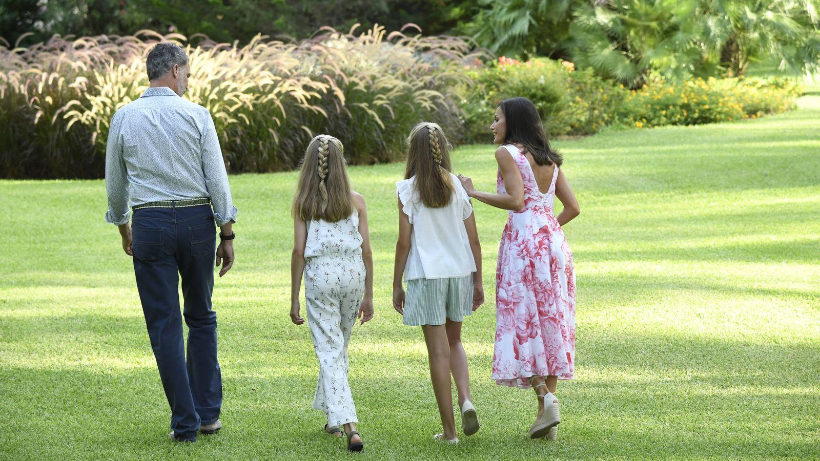 Foto: Felipe VI, Letizia y sus hijas en Marivent, a punto de realizar el posado del verano. (Limited Pictures)