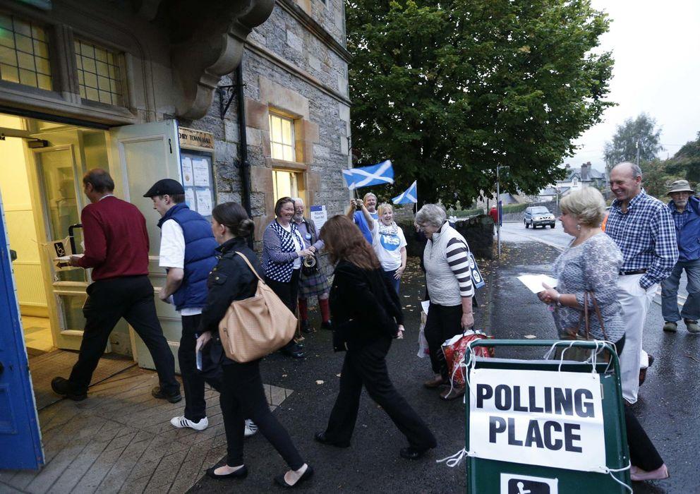 Foto: Votantes entran en un colegio electoral de Pitlochry para depositar su voto durante el referéndum de independencia (Reuters).