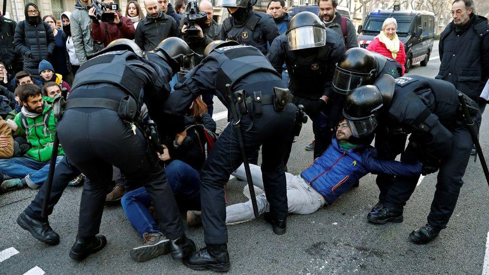Foto: Desalojo de los Mossos a varios manifestantes. (EFE)