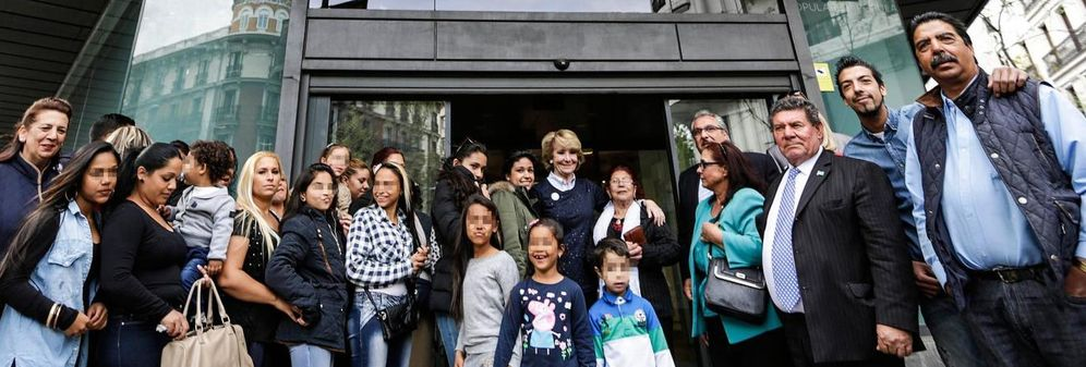 Foto: Un grupo de gitanos en la puerta de la sede del PP en Génova junto a Esperanza Aguirre (Foto: PP)