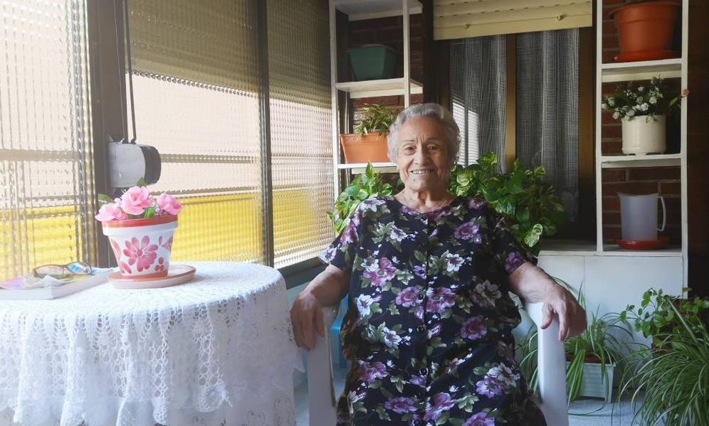 Foto: Gregoria, en la terraza de su casa, que ha dejado colgada su bata para esta sesión fotográfica improvisada. (R.C)