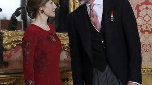 Letizia viaja al pasado y se clona a sí misma para recibir al cuerpo diplomático
