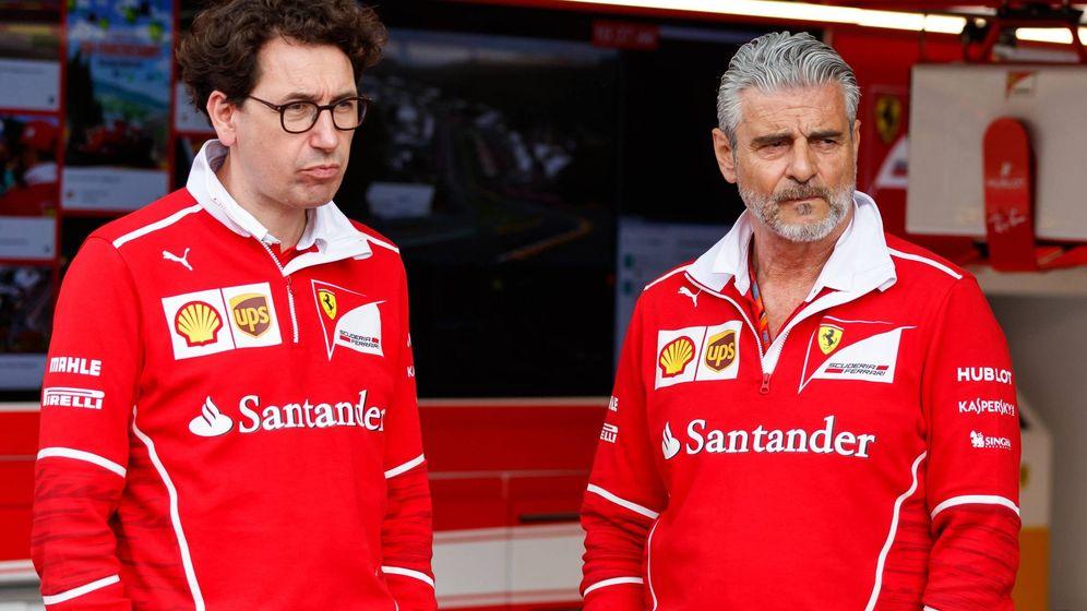 Foto: Mattia Binotto y Maurizio Arrivabene, dos responsables de Ferrari que conocen el poder del derecho de veto histórico de Ferrari (IMAGO)