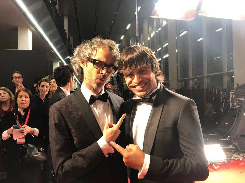 Foto: El músico británico, a la izquierda, en la alfombra roja de los Goya (Twitter)