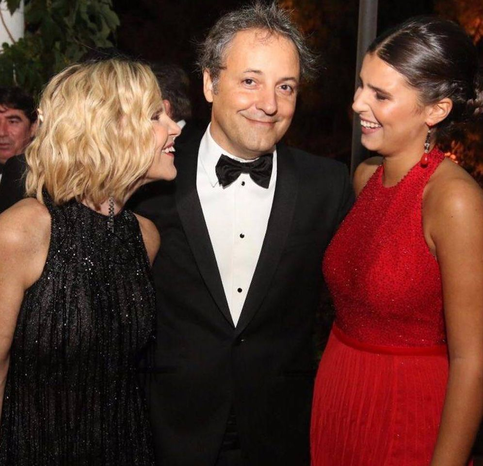 Foto:  Eugenia Martínez de Irujo, con su hija y su pareja. (Instagram)