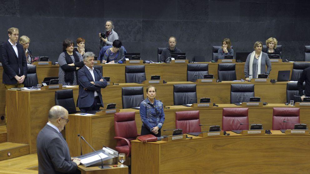 Bildu se queda sentado durante el minuto de silencio por los desplazados por ETA
