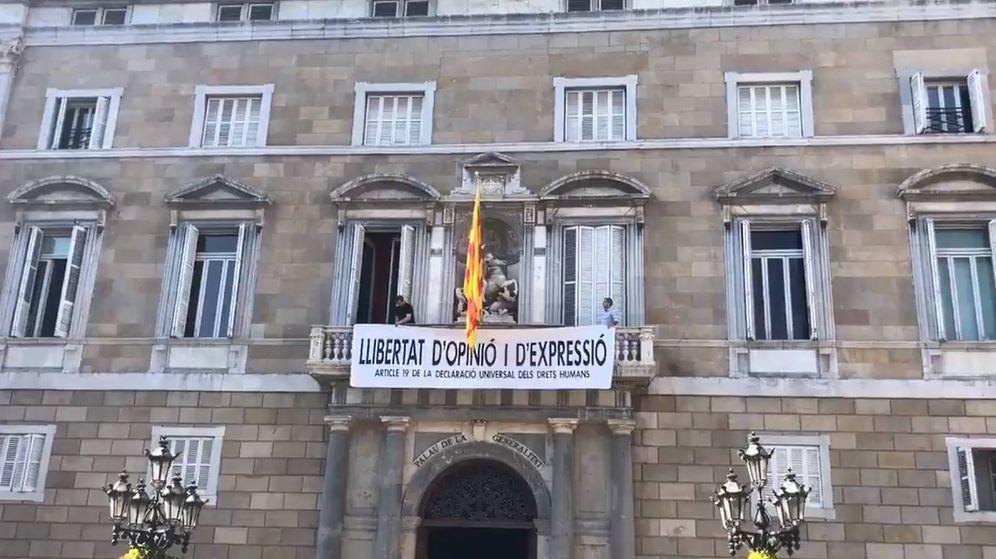 Foto: Nueva pancarta colgada en el Palau en la que piden libertad de opinión y expresión. (CC)