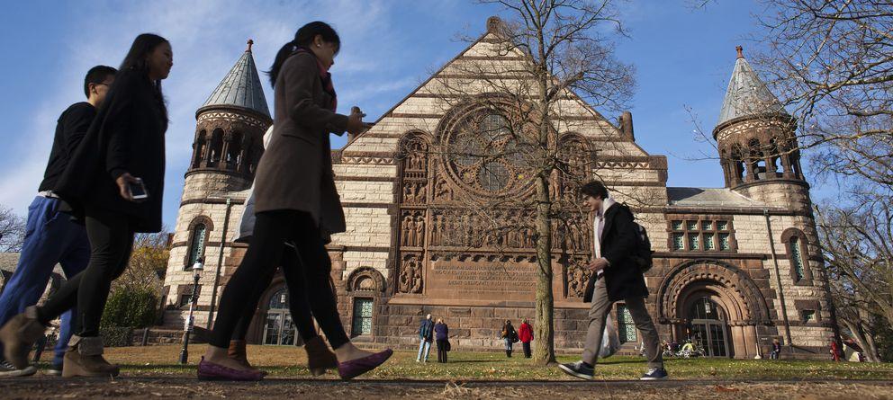 Foto: Un grupo de personas atraviesa el campus de la Universidad de Princeton, en Nueva Jersey (Reuters).
