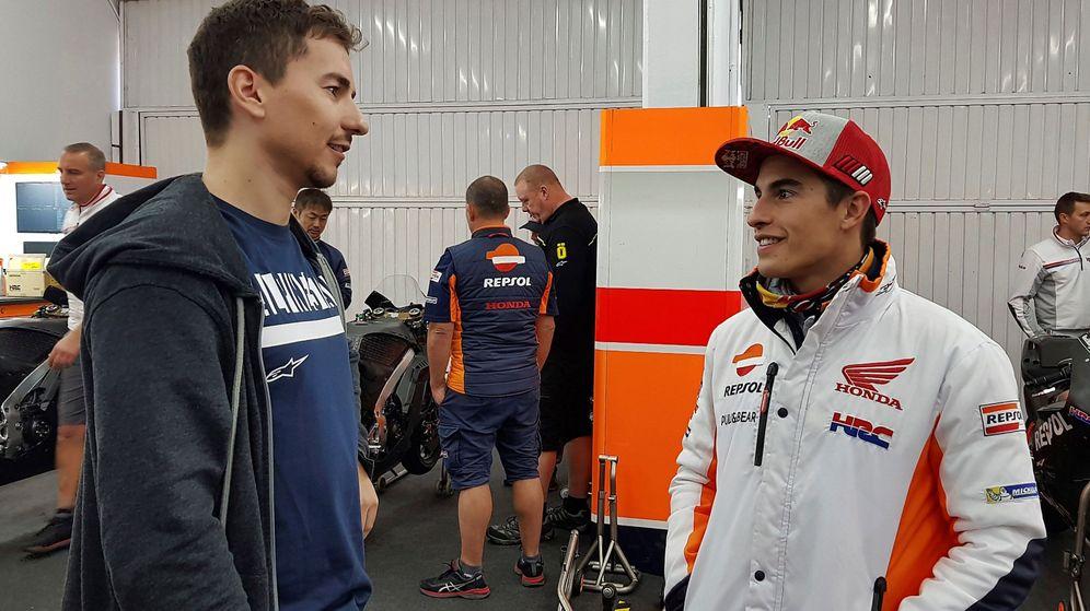 Foto: Jorge lorenzo y Marc Márquez, juntos en el box de Honda.
