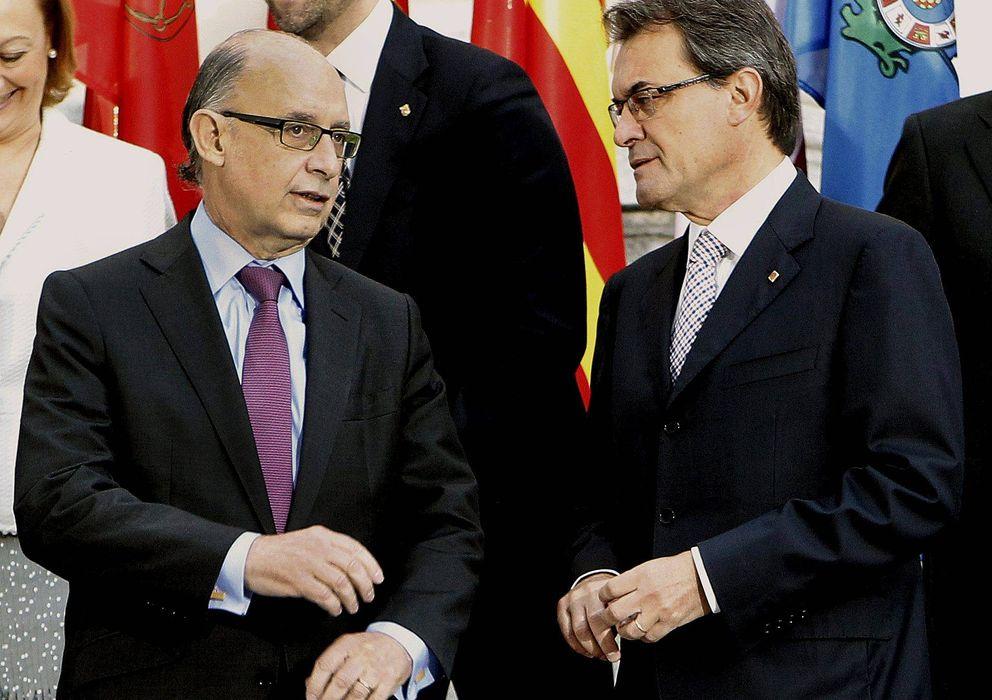 Foto: El ministro de Hacienda, Cristóbal Montoro (i), conversa con el presidente de la Generalitat, Artur Mas. (EFE)