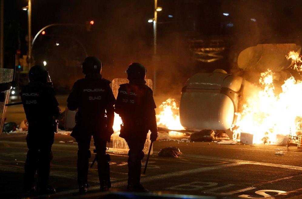 Foto: Mossos d'Esquadra durante los disturbios que se produjeron este 16 de octubre en Barcelona. (EFE)