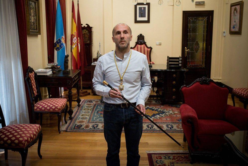 Foto: Gonzalo Pérez Jácome en su despacho con el bastón de mando (EFE)