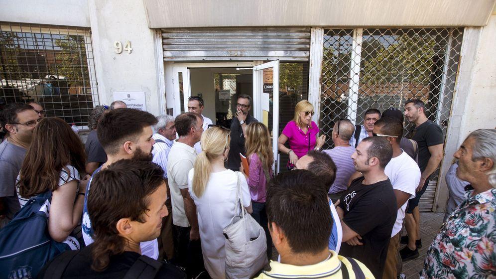 Foto: Los trabajadores de Eulen esperan para entrar en asamblea. (EFE)