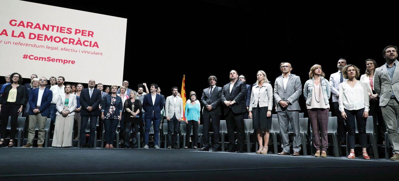Foto: Carles Puigdemont, con los miembros de los partidos independentistas en el Teatro Nacional de Cataluña, en la presentación de la Ley de Referéndum, este 4 de julio. (EFE)