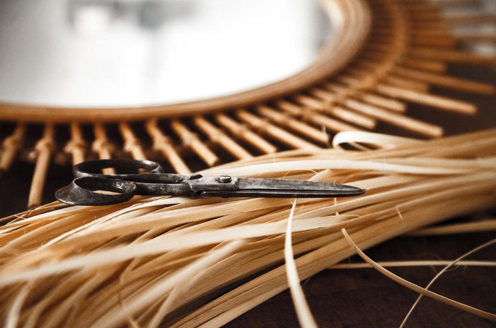 Foto: Detalle de uno de los espejos, herramientas y materiales empleados por el artesano Javier Sánchez Medina (Cortesía)
