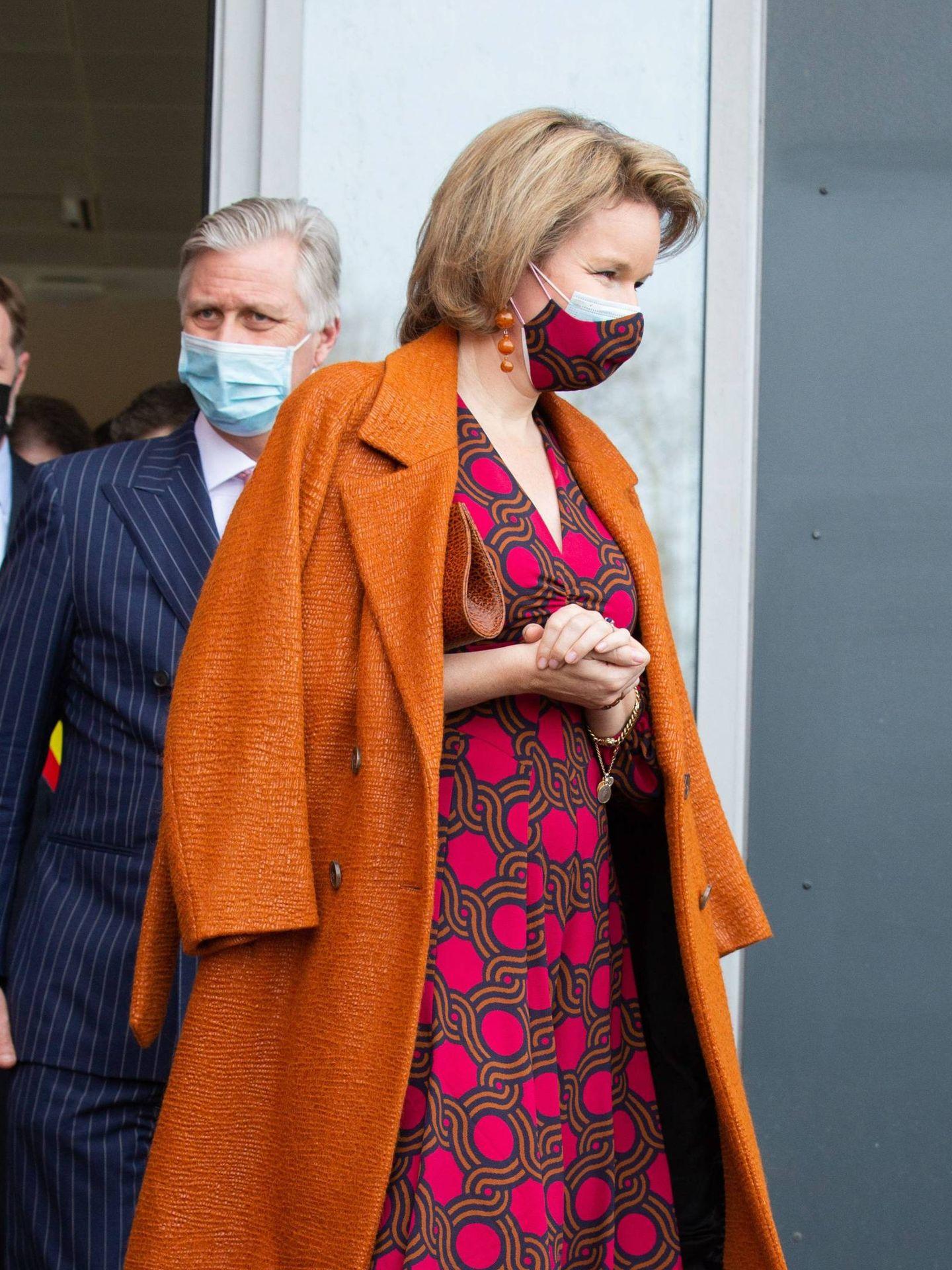 Matilde de Bélgica, con vestido de Dries Van Noten y mascarilla a juego. (Cordon Press)