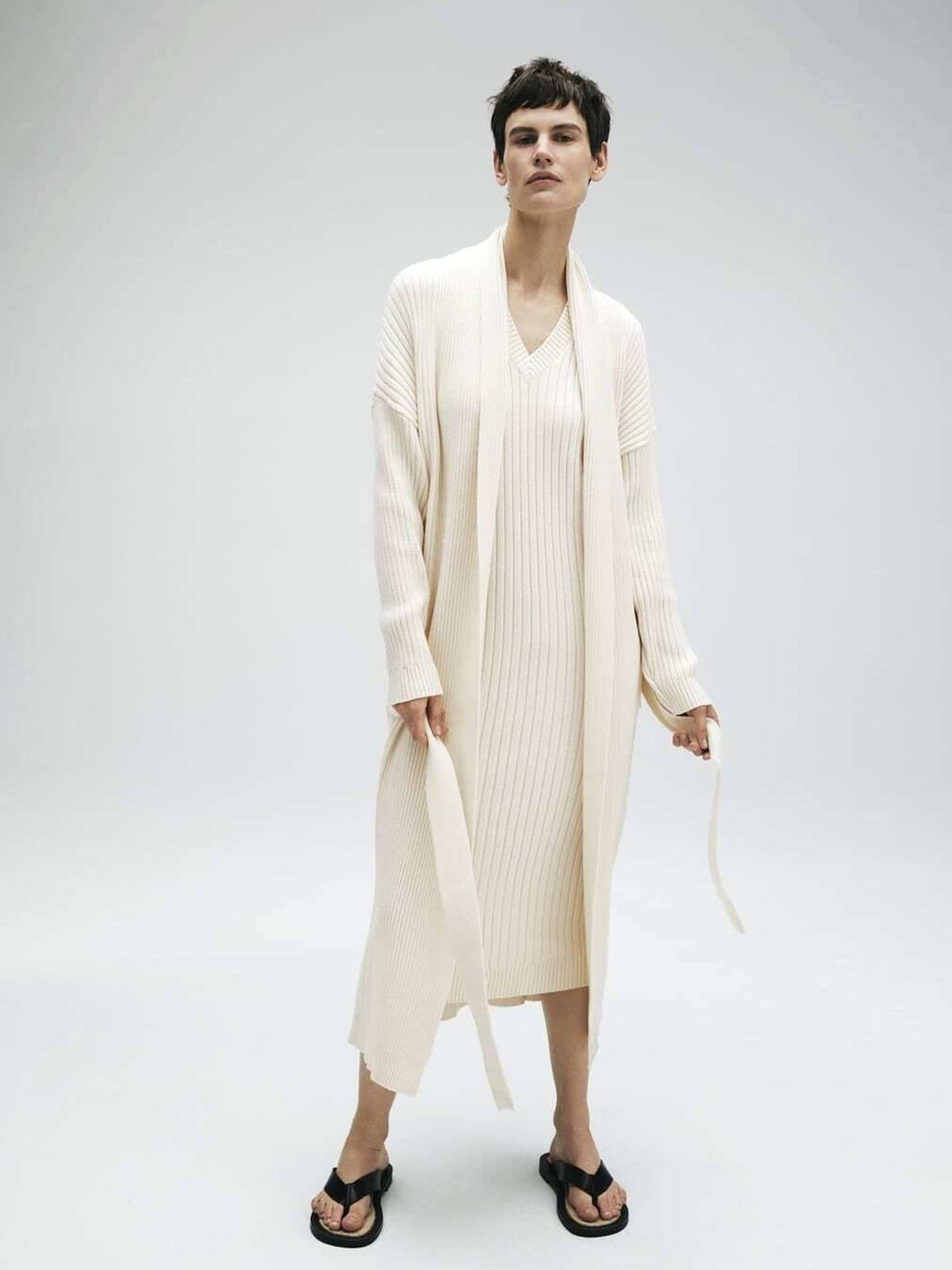 El vestido y la chaqueta de Zara. (Cortesía)
